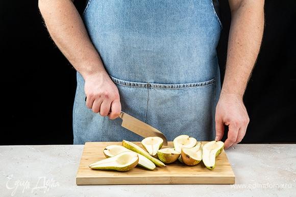 Груши помойте, обсушите, разрежьте пополам. С помощью ложки извлеките сердцевину.