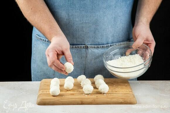 Обваляйте шарик в кокосовой стружке и положите в холодильник на 2–3 часа.