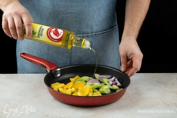 Добавьте оливковое масло ТМ «Ашан», слегка обжарьте.