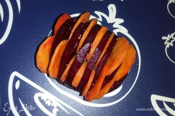 Свеклу почистить и нарезать кружочками, не доходя до конца. Смесью сушеного чеснока и соли посыпать каждый кружочек свеклы. Затем в промежутки положить кружочки моркови.