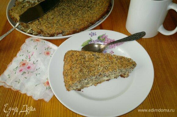 Выложить запеканку на блюдо, разрезать на порции и подать к чаю или кофе. Приятного аппетита!