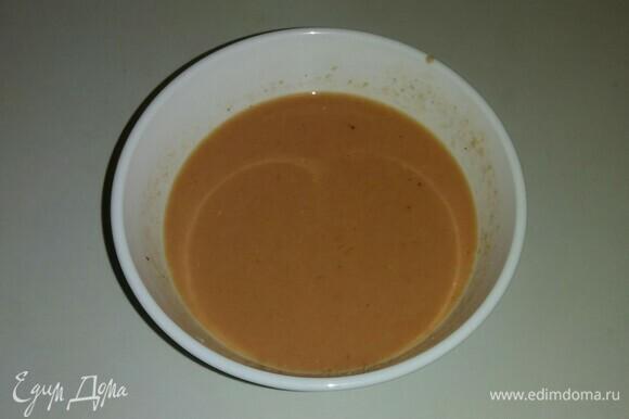 Приготовить соус. В глубокую емкость к яйцам добавляем молоко, протертые помидоры, соль, сушеный чеснок и черный молотый перец. Все перемешиваем.