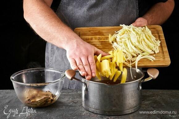 Добавьте в кастрюлю картофель и капусту, варите 15 минут.