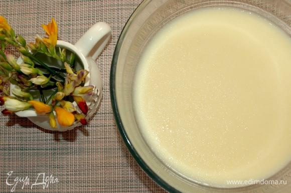 Все продукты должны быть комнатной температуры. В миске соединяем яйца, молоко, сахар, соль и растительное масло. Все взбиваем до однородного состояния.