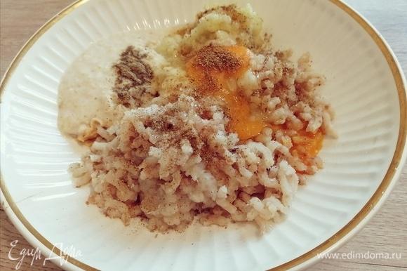 Перекрутить через мясорубку рыбное филе, лук, чеснок, размоченный батон. Добавить в фарш яйцо, специи. Можно добавить зелень по вкусу.