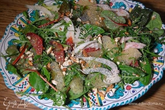 Посыпать салат измельченными орехами и маком.