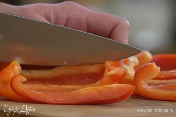 Из перца удалить плодоножку с семенами, сладкий перец нарезать тонкими полосками, зеленый — кольцами.