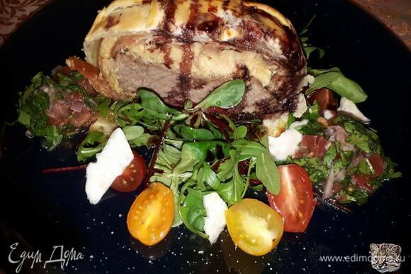Запекайте в духовке, разогретой до 180°C, 20 минут. Подавайте с руколой и помидорами черри.