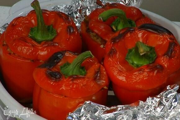 Запекать перец в разогретой духовке до готовности.