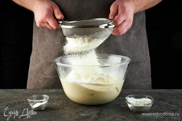 Муку, крахмал и разрыхлитель просейте и добавьте к яйцам.