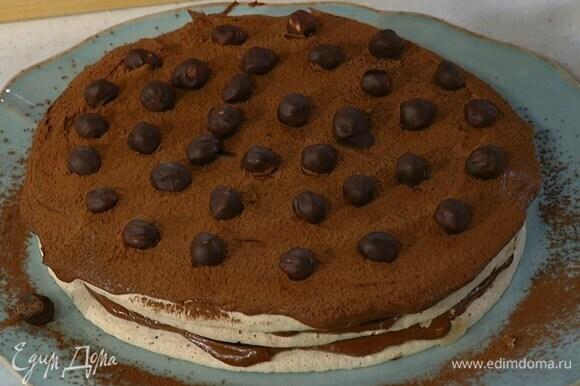 Украсить торт орехами в шоколаде.