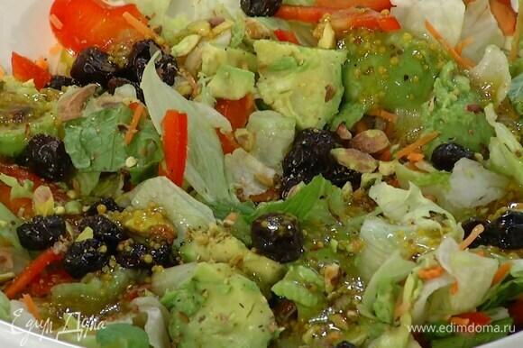Базилик порвать руками и посыпать готовый салат.