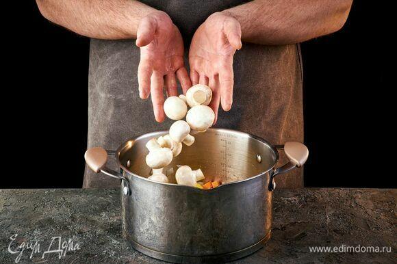 Добавьте грибы к овощам, слегка обжарьте.