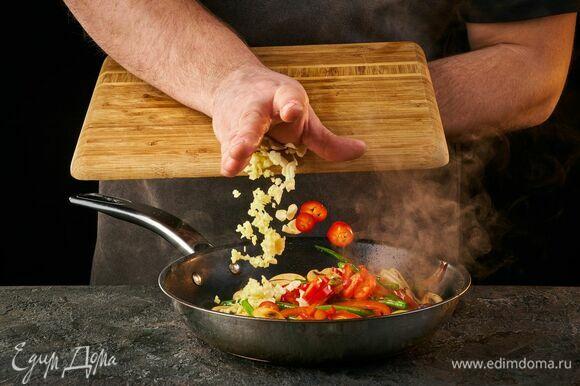 Добавьте мелко нарезанный имбирь, рубленый чеснок и перец чили, нарезанный кружочками.