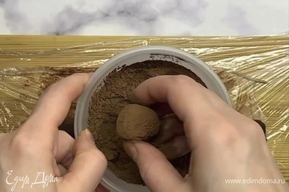 Нарезаем на равные кусочки и катаем ровные шарики. Каждый обваливаем в какао-порошке.