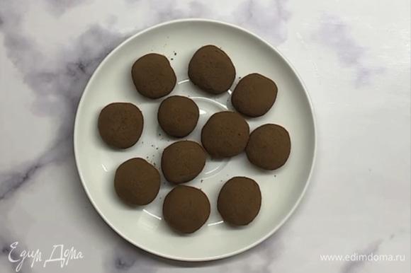Убираем в холодильник на 1 час. Нежные конфеты можно подавать к столу. Они просто таят во рту! Приятного аппетита!