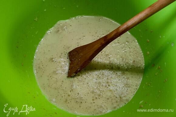 В теплом молоке растворить сахар и дрожжи. оставить до появления пенной шапочки.