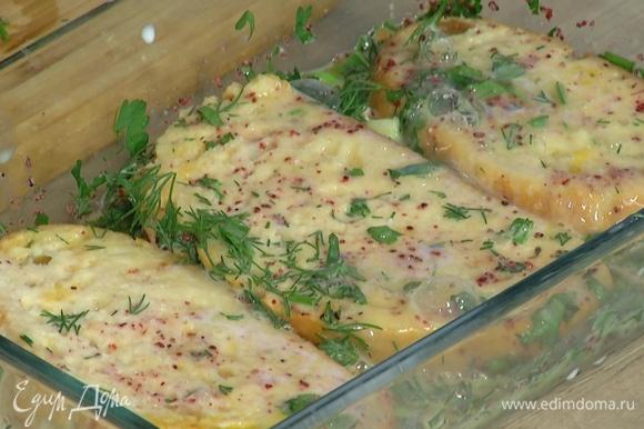 Куски хлеба выложить в яичную смесь, посолить, добавить измельченный лук с укропом и дать пропитаться, затем перевернуть куски, еще раз слегка посолить.