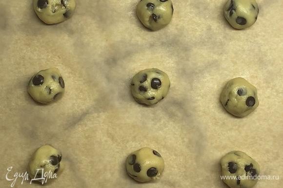 Из холодного теста формируем шарики размером с грецкий орех. Противень застелить пергаментом. Выкладываем печенье на расстоянии друг от друга, так как тесто будет немного растекаться.
