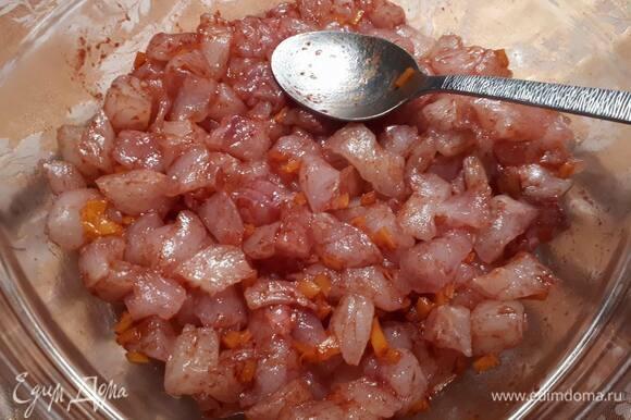 Нарежьте рыбу на небольшие кусочки, посолите и оставьте на 10 минут. Затем добавьте пюре перца чили, свежий перец чили, нарезанный кружками или маленькими кубиками, специи и оставьте еще на 10 минут.