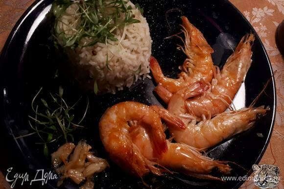 Подавайте с рисом, политым маслом, в котором готовились креветки.