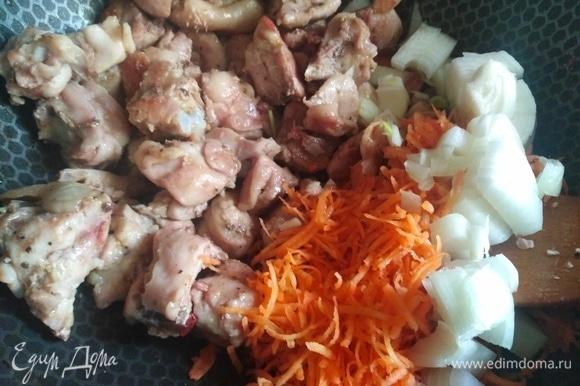 Добавить натертую морковь и нарезанный лук. Жарить еще в течение 5 минут.
