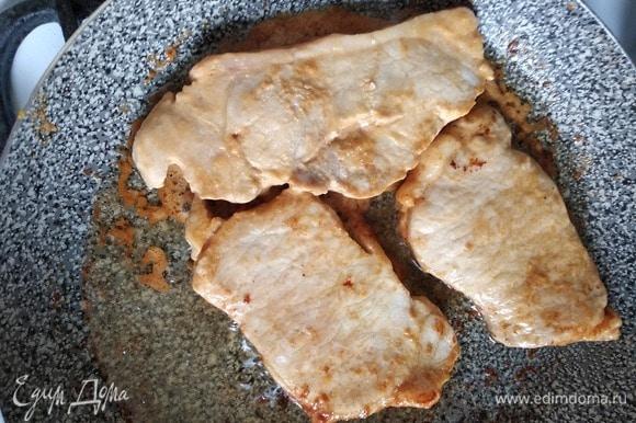 Достать мясо из холодильника, снять с него весь маринад и обжарить на растительном масле до румяной корочки. Уменьшить огонь, накрыть крышкой и готовить пять минут.