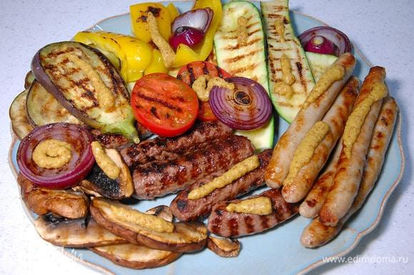 Готовые овощи и колбаски выложить на блюдо и подавать с горчицей.