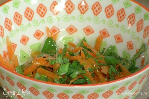 Морковь почистить, натереть на крупной терке и смешать с оставшейся кинзой, затем добавить оливковое масло, 2 ч. ложки соуса чили, руколу и шпинат, все перемешать, сбрызнуть соком лимона.