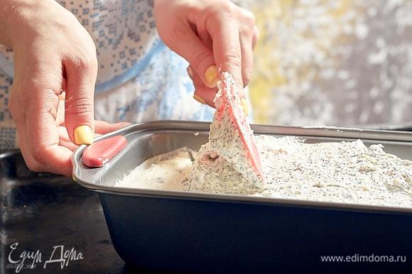 Выложить творожно-маковую смесь, разровнять. Выпекать в духовке при 160°C около 50 мин. Сырник должен, как чизкейк, слегка дрожать в середине и быть плотным по краям.