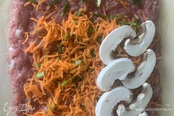 Фарш выкладываем не очень тонким слоем на коврик/пергамент, сверху — лук с морковью, раскладываем грибы, можно посыпать укропом по желанию.