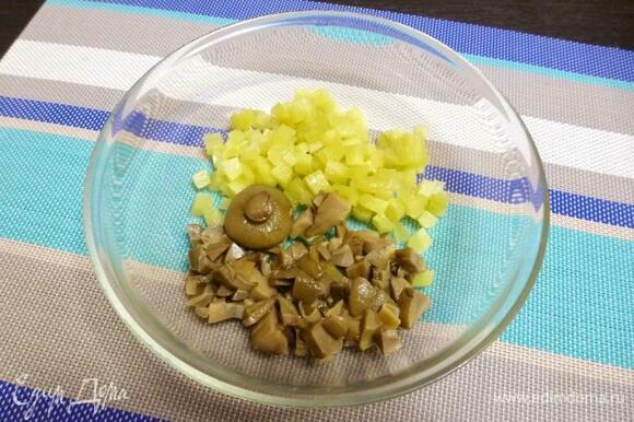 Соленые огурцы очистить от шкурки и нарезать на кубики. Маринованные грибы (у меня моховики) нарезать небольшими кусочками.