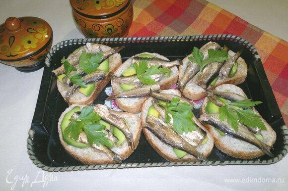 Тосты со шпротами и авокадо готовы. Украсить их зеленью петрушки и подать к столу. Угощайтесь! Приятного аппетита!