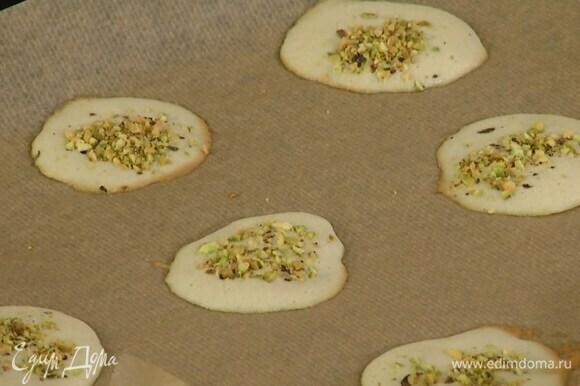 Выпекать печенье в разогретой духовке 8 минут.
