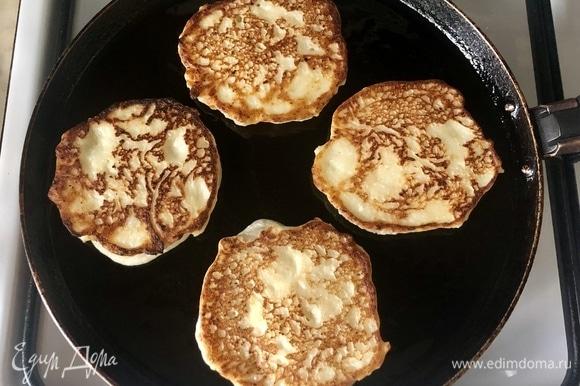 Оставить тесто отдохнуть на 5 минут. Разогреваем сковороду и жарим с двух сторон до золотистого цвета.
