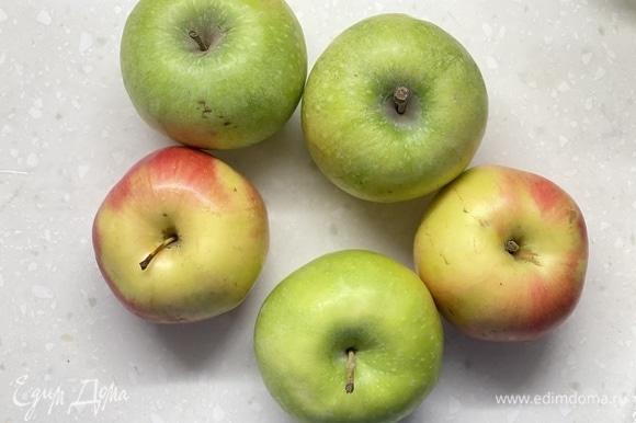 Яблоки очистить и нарезать на кубики. Лучше использовать яблоки разных сортов. Так вкуснее.