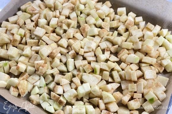 По желанию добавить сахар и корицу. Выложить яблоки на противень, застеленный бумагой.