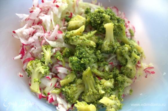 Брокколи слить через сито (отвар можно в суп) и перенести в овощи.