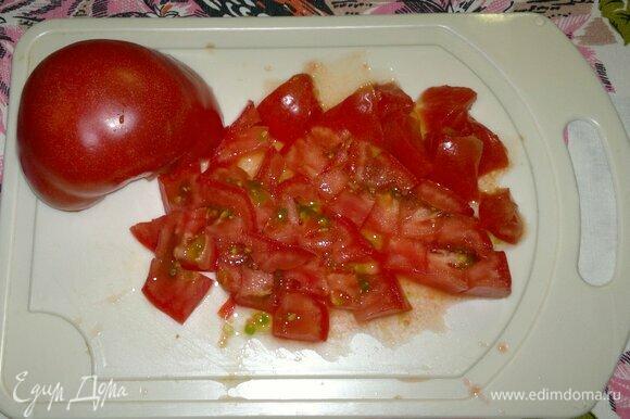 Розовые помидоры вымыть, обсушить, нарезать небольшими кусочками.