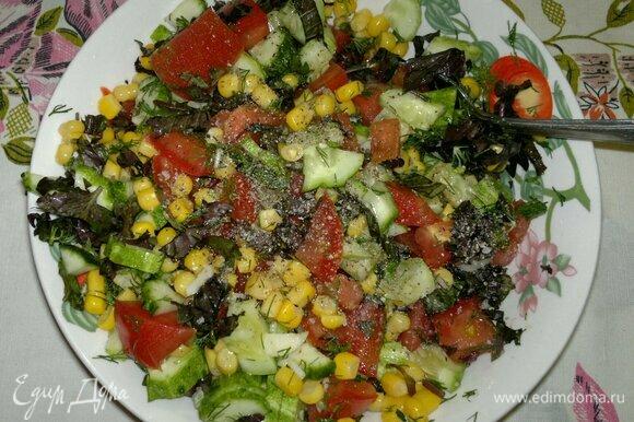 В миске соединить нарезанные овощи (с помидоров слить излишки сока), зелень и кукурузу, немного посолить, поперчить.