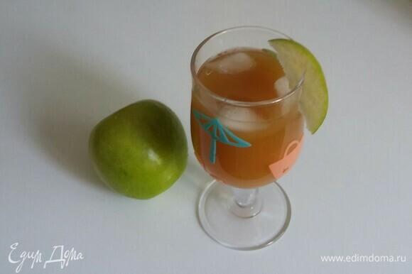 В бокал наливаем яблочный сок с мякотью, добавляем ром и лед, а затем украшаем бокал яблочный долькой. Коктейль готов!