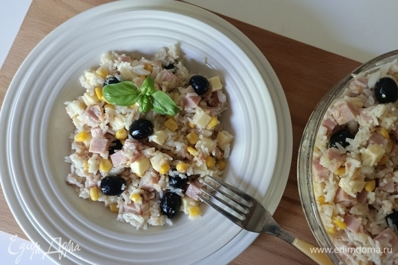 Приправлям салат солью, перцем и оливковым маслом. Перемешиваем и отправляем в холодильник на 15–20 минут. Затем салат снова перемешиваем и подаем. Приятного аппетита!