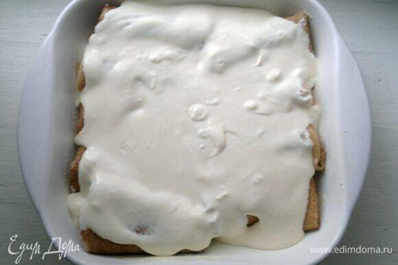 Вылить сметанную заливку на блинчики. Поставить форму в духовку, разогретую до 180°C, на 15–20 мин.