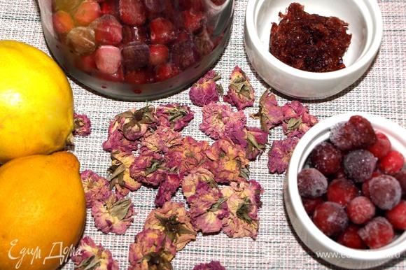 Подготовить все необходимые продукты. Нам нужны цветы чайной розы (в сухом виде 10 г, свежие — 30 г), варенье или джем из розы. Клюкву можно взять замороженную или свежую. Подсластитель используйте, если необходимо, по своему вкусу.