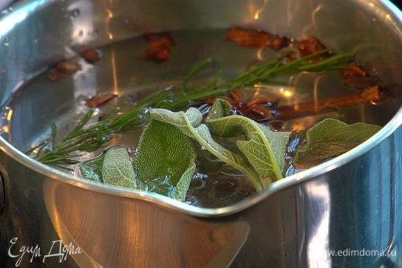 Для приготовления чая воду налейте в сотейник или кастрюлю. Добавьте специи, розмарин и шалфей и доведите до кипения. После этого добавьте ягоды облепихи, варите 2–3 минуты. Снимите с огня, немного помните ягоды вилкой. Добавьте 2 ч. л. черного чая и перелейте в чайник.