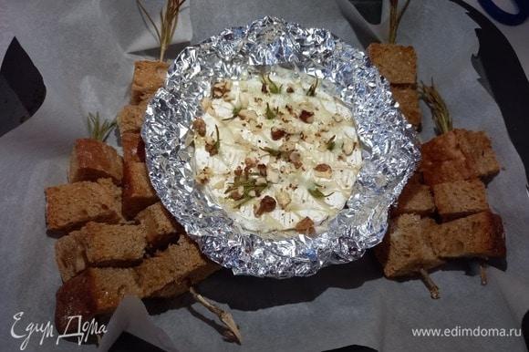 Достаем форму из духовки через 10 минут, при желании украшаем — например, грецкими орехами.