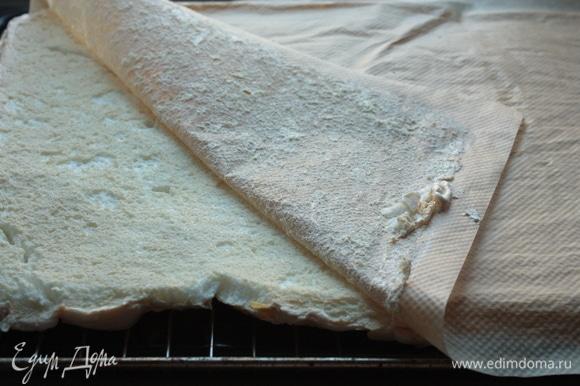 Аккуратно накройте меренгу вторым пергаментом, переверните и удалите нижний слой пергамента, пока меренга не остыла. После чего оставьте ее остывать до комнатной температуры.