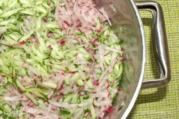 Все продукты должны быть холодными. Огурцы и редис тщательно промыть, высушить и натереть на средней терке.