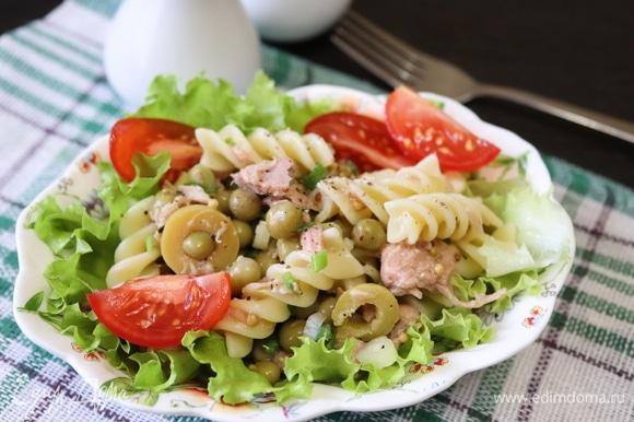 Листья салата нарвать кусочками, помидорки нарезать на четвертинки и добавить в салат. Перемешать. Приятного аппетита!