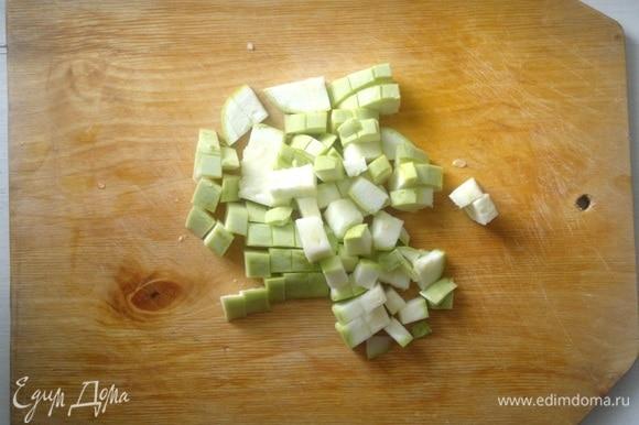 Кабачок помыть, обсушить, нарезать кубиками.